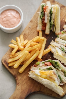 Sándwiches con papas fritas