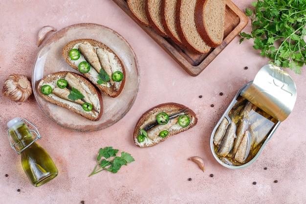 Sándwiches de pescado con espadines.