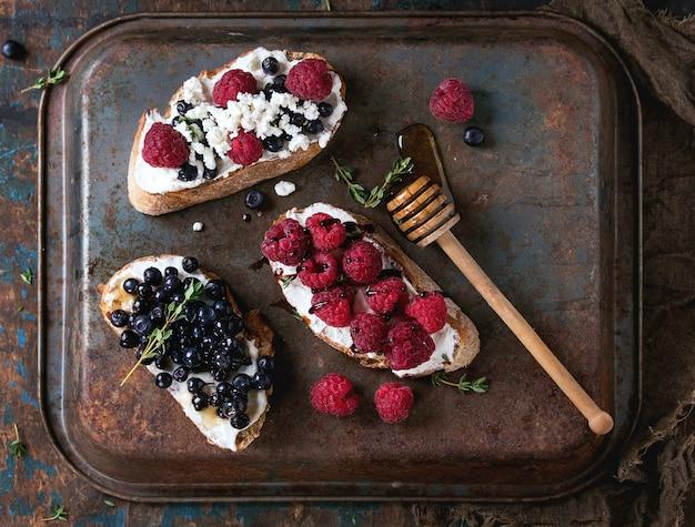 Sándwiches de postre con frutas del bosque.