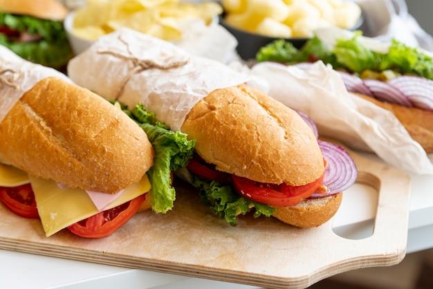 Sándwiches de primer plano en la mesa