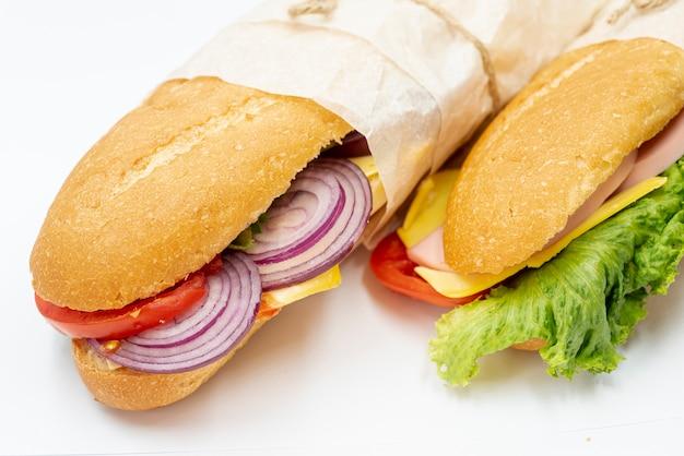 Sándwiches de primer plano sobre una toalla