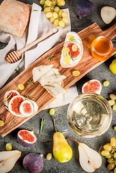 Sándwiches con queso ricotta o crema, chapata, frutas frescas, nueces y miel.