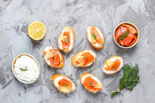Sándwiches de salmón ahumado y queso crema y eneldo.
