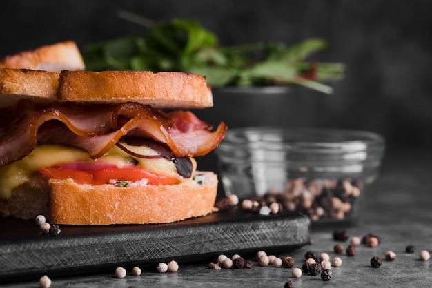 Sandwiches de tocino sobre tabla de madera