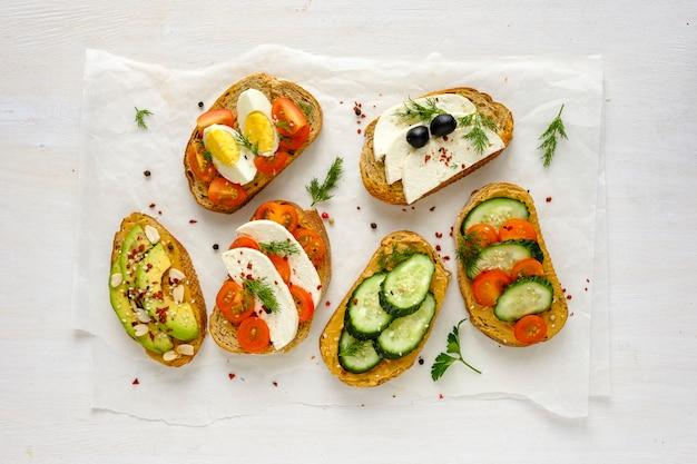 Sandwiches de tostadas frescas desde arriba