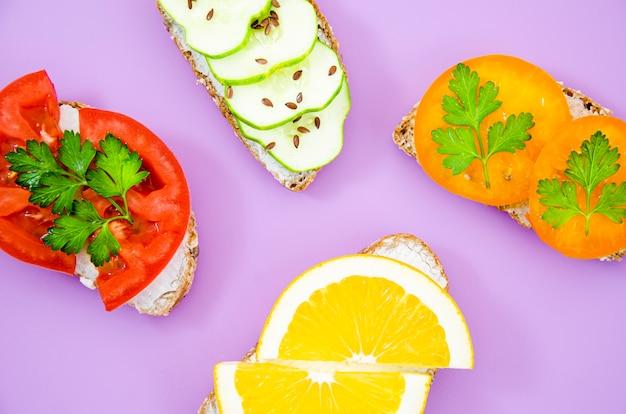 Sandwiches vegetarianos con verduras y frutas.