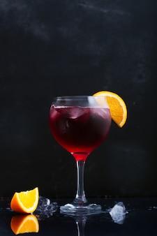 Sangría de cóctel alcohólico colorido rojo fresco con limón y hielo