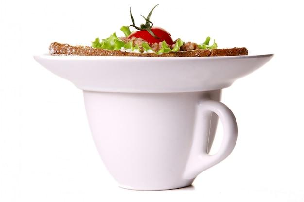 Sanswich fresco con atún y verduras y café.