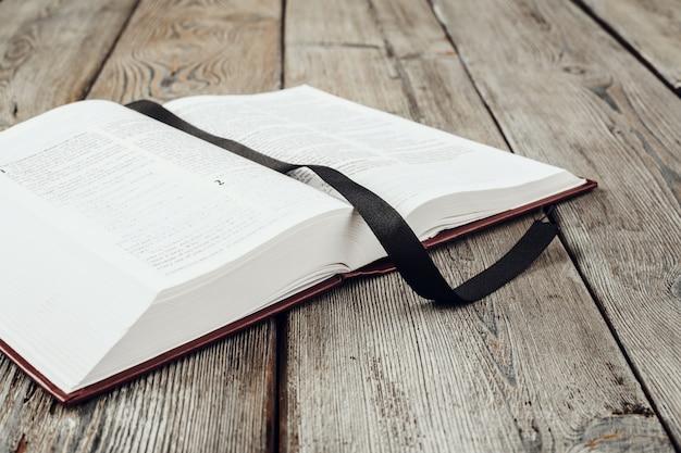 La santa biblia en una mesa de madera.