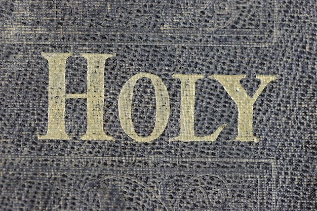 Santa biblia en la mesa