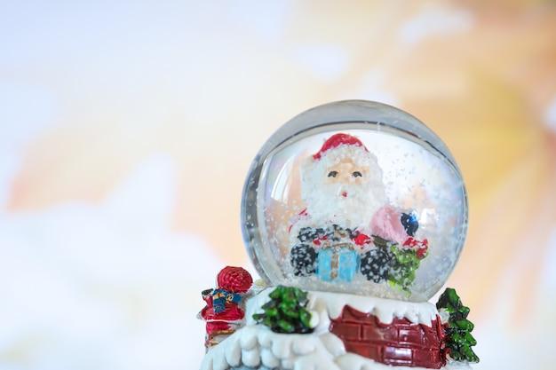 Santa en bola de cristal, concepto de navidad.