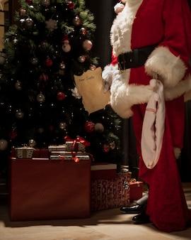 Santa claus dejando regalos de navidad