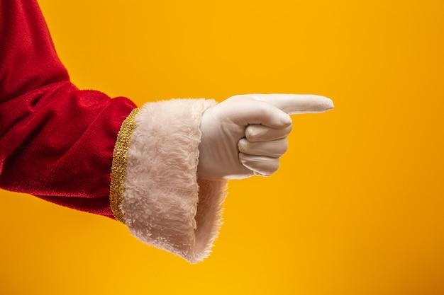 Santa claus enguantada mano en gesto de señalar.