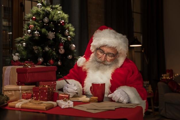 Santa claus escribiendo cartas de navidad