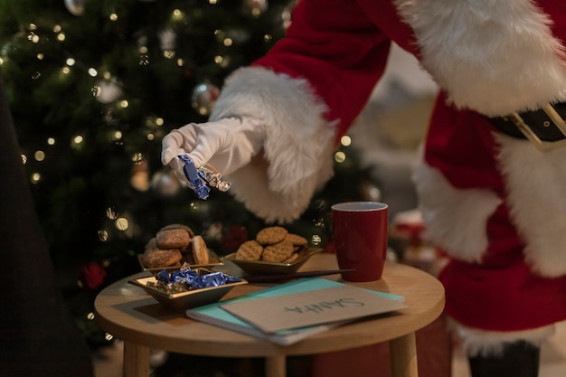 Santa claus con galletas de navidad