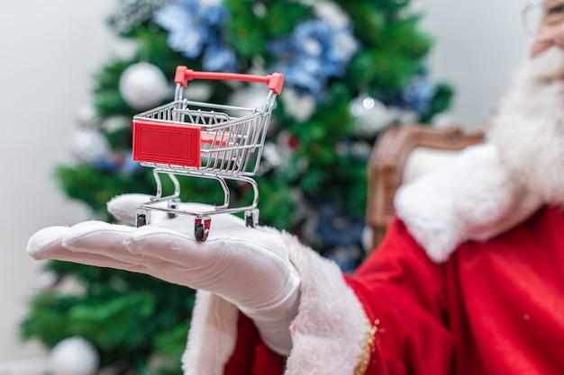 Santa claus haciendo compras en el supermercado