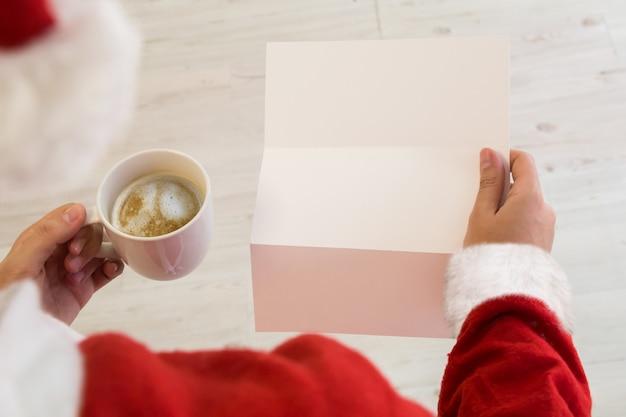 Santa claus leyendo una maqueta de carta