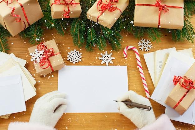 Santa claus con una lista de deseos vacía en sus manos