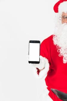 Santa claus mostrando la pantalla del teléfono inteligente