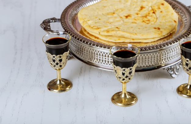 Santa comunión en mesa de madera en iglesia taza de cristal con vino tinto, pan