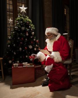 Santa entregando regalos de navidad