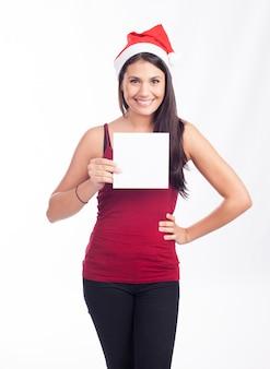 Santa mujer mostrando tarjeta en blanco o nota