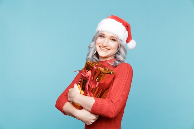 Santa niña con regalo dorado con cinta roja aislada