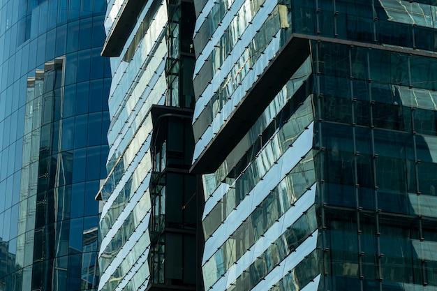 Santiago de chile, edificios de arquitectura moderna en el barrio de las condes.