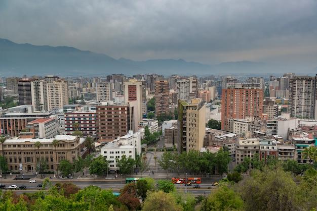 Santiago de chile vista parcial de la ciudad en un día nublado