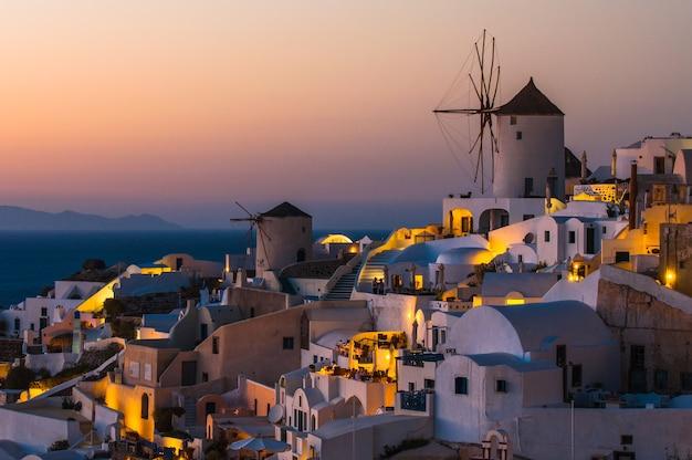 Santorini con el famoso molino de viento en grecia, pueblo de oia.