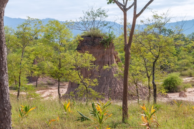 Sao din na noi erosionó los pilares de arenisca en tailandia