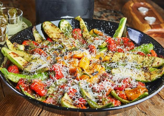 Sartén con una gran selección de verduras.