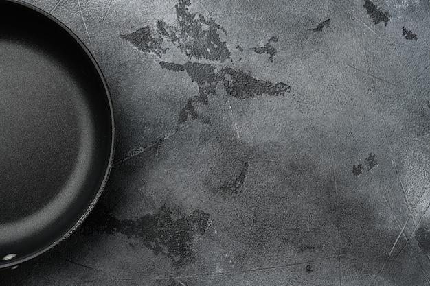 Sartén de hierro fundido con espacio para copiar texto o comida con espacio para copiar texto o comida, vista superior plana, sobre fondo de mesa de piedra gris