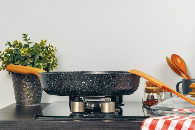 Sartén sobre la estufa de gas en una cocina