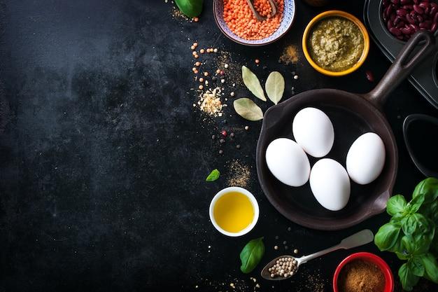 Sartén vacia y especias variadas y huevos