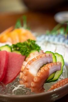Sashimi de alimentos japoneses (pescado crudo en lonchas, mariscos o crustáceos)