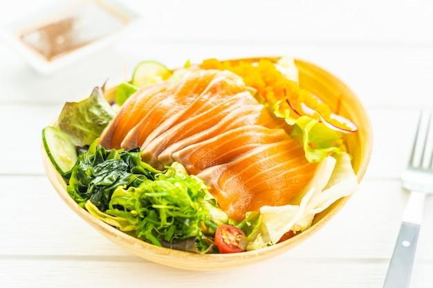 Sashimi de carne de pescado de salmón fresco crudo con algas