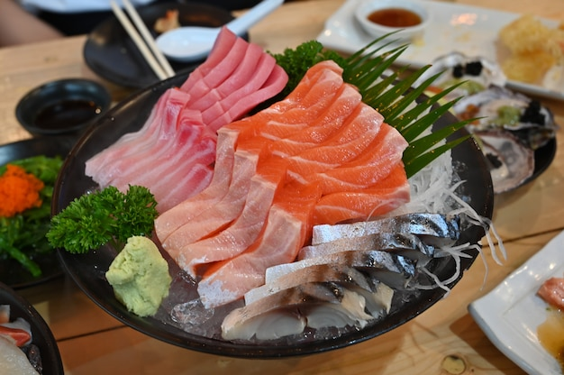 Sashimi conjunto de comida de japón en el plato.