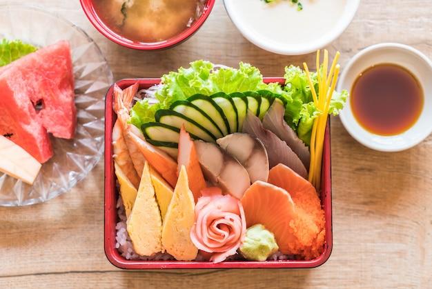 Sashimi fresco crudo con arroz en caja bento