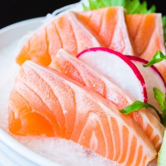 Sashimi de salmón fondo naranja tradicional