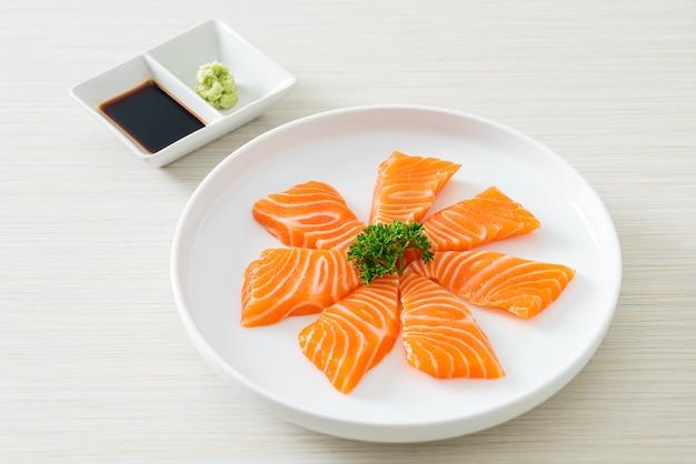 Sashimi de salmón fresco crudo - estilo de comida japonesa