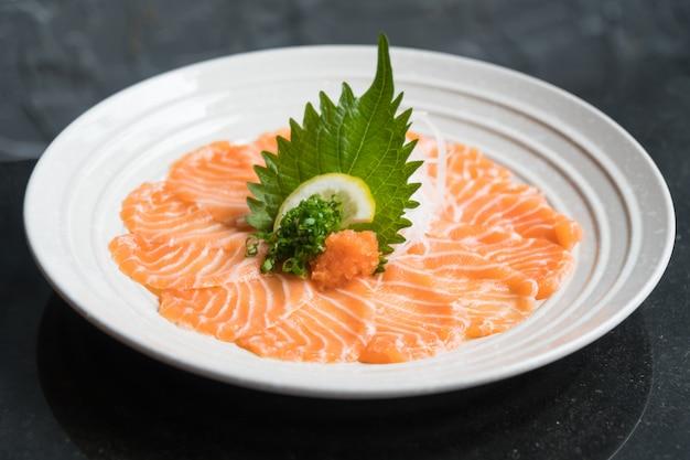 Sashimi de salmón fresco crudo