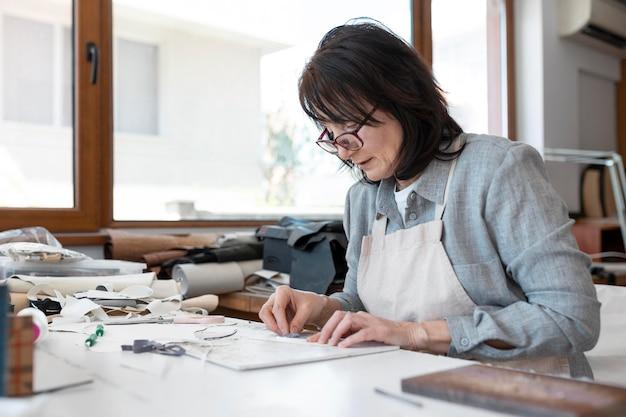 Sastre creativo trabajando en taller sobre una tela nueva
