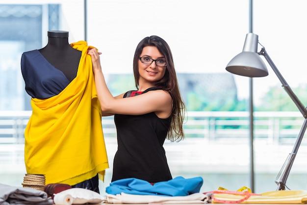 Sastre de mujer trabajando en ropa nueva