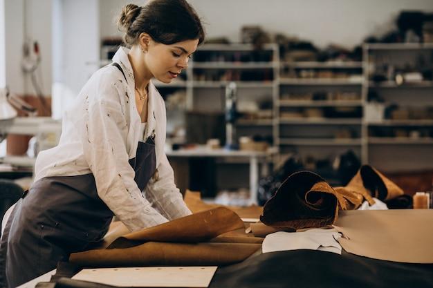 Sastre mujer trabajando en tela de cuero