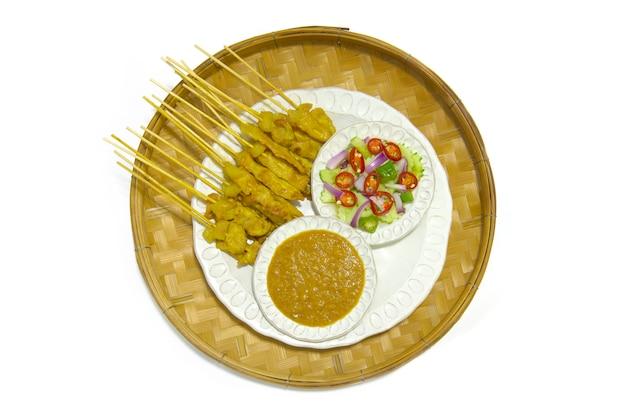 Satay de cerdo con salsa de cacahuate y pepinillos