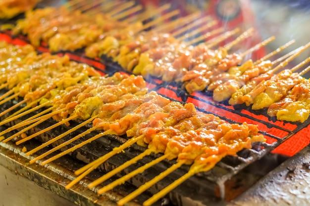 Satays de cerdo a la parrilla en el horno de cocina estilo tailandés