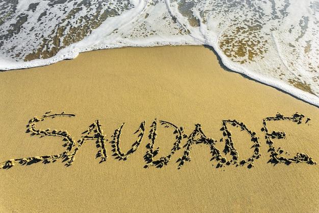 Saudade. la famosa palabra portuguesa que describe una forma de escritura melancólica sobre la arena.