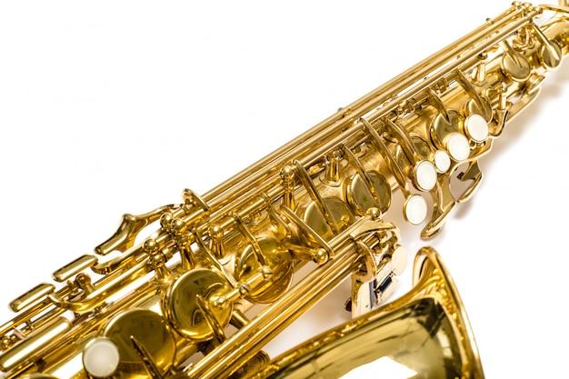 Saxofón aislado sobre fondo blanco.