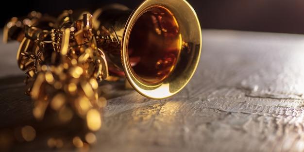 Saxofón de color dorado de cerca